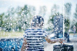 北海道東川町で水遊びする子供